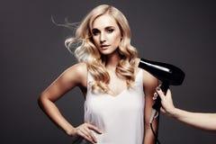 Elegante blonde Frau in einem Studio Stockbild