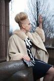 Elegante blonde Frau im Retrostil auf der Herbststraße Lizenzfreies Stockbild