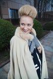 Elegante blonde Frau im Retrostil in der Herbststraße Lizenzfreie Stockfotografie