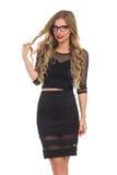 Elegante blonde Frau im schwarzen Kleid und in den Gläsern Lizenzfreies Stockbild