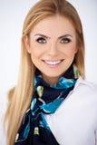 Elegante blonde Frau mit einem reizenden Lächeln Lizenzfreie Stockfotos