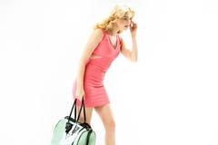 Elegante blonde Frau mit einer modischen Handtasche Lizenzfreie Stockfotos