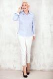 Elegante blonde Geschäftsfrauaufstellung Lizenzfreies Stockfoto