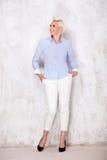 Elegante blonde Geschäftsfrauaufstellung Stockfotos