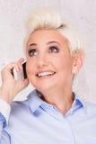 Elegante blonde Geschäftsfrauaufstellung Stockbild