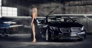Elegante blonde Luxusfrauenaufstellung Stockbild