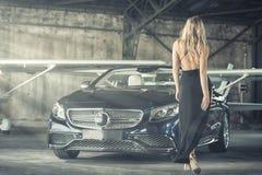 Elegante blonde Luxusfrauenaufstellung Lizenzfreie Stockfotografie