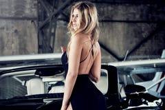 Elegante blonde Luxusfrauenaufstellung Stockfotografie