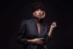Elegante blonde Retro- Frau im Hut Lizenzfreies Stockfoto