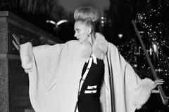 Elegante blonde vrouw in retro stijl op een dalingsavond in openlucht royalty-vrije stock foto
