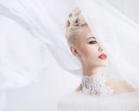 Elegante Blondine mit einem hellen Schleier auf dem Kopf Lizenzfreie Stockfotografie