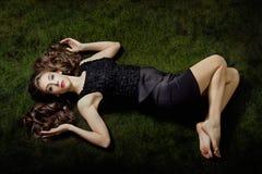 Elegante blootvoetse vrouw Stock Afbeeldingen