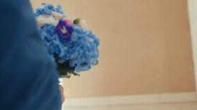 Elegante Braut hält einen üppigen Blumenstrauß von Blumen stock footage