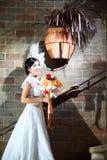 Elegante Braut mit Hochzeitsblumenstrauß Stockfotos