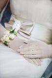 Elegante Brauthände in den weißen Handschuhen und im Armband lizenzfreies stockfoto