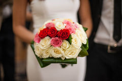 elegante bruid die een boeket houden Stock Foto