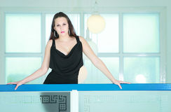 Elegante Brunette-Dame innerhalb des Gästehauses Stockfoto