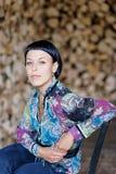 Elegante Brunettefrau, die auf dem Stuhl sitzt Stockfotos
