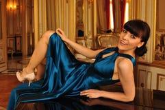 Elegante Dame auf Klavier Stockbilder