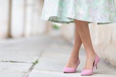 Elegante Dame, die stilvolle rosa Gerichtsschuhe trägt stockfotografie