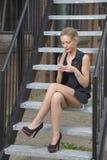 Elegante Dame, die am Telefon simst Stockbilder
