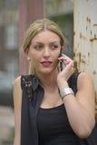 Elegante dame die telefoongesprek maken Stock Afbeeldingen