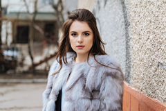 Elegante dame in een bontjas Royalty-vrije Stock Foto's