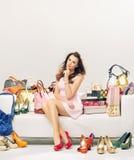 Elegante Dame in einem Ort voll von Mode-Accessoires Stockfoto