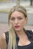 Elegante dame met lang blond haar Stock Afbeelding
