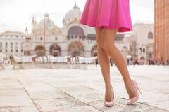 Elegante Dame mit den schönen Beinen in den Schuhen des hohen Absatzes stockbild