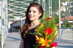 Elegante de bloemboeketten Bulgarije van de schoonheids jonge vrouw royalty-vrije stock afbeelding