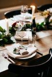 Elegante die dinerlijst voor speciale gelegenheid wordt gediend De lijst diende met glazen, plaat, dranken, vorken en messen, die stock fotografie