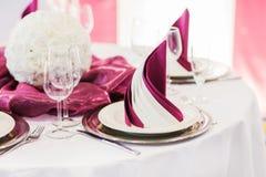 Elegante die lijst in zachte room voor huwelijk of gebeurtenispartij wordt geplaatst Stock Fotografie