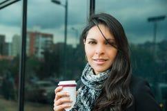 Elegante donkerbruine vrouw die donkere laag en wit dragen Stock Fotografie
