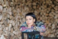 Elegante donkerbruine vrouw die op de stoelrug leunen Stock Afbeelding