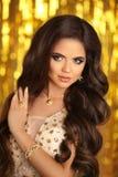 Elegante donkerbruine vrouw manier juwelen Golvende Haarstijl steen Stock Afbeelding