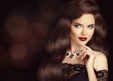Elegante Donkerbruine vrouw met lang glanzend golvend haar De Make-up van de schoonheid Stock Foto's