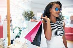 Elegante elegante jonge Afrikaanse vrouw die uit winkelen stock afbeeldingen