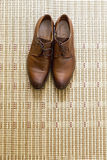 Elegante elegante Schuhe des Bräutigams auf dem Boden Stockbild