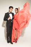 Elegante flatternde Modefrau ihr korallenrotes Kleid Stockbilder