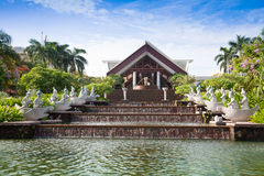 Elegante fontein in een tropische tuin Stock Afbeelding