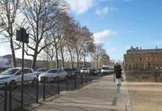 Elegante Franse mens die op Champs Elysees in Parijs Frankrijk lopen 20 10 2018 stock afbeelding