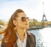 Elegante Frau auf Damm in Paris, das den Abstand untersucht Stockfotografie