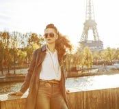 Elegante Frau auf Damm in Paris, das den Abstand untersucht Stockbild