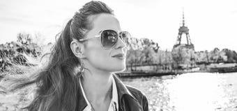 Elegante Frau auf Damm in Paris, das den Abstand untersucht Stockfotos