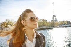 Elegante Frau auf Damm in Paris, das den Abstand untersucht Lizenzfreie Stockfotos
