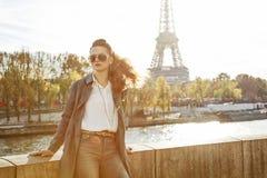 Elegante Frau auf Damm in Paris, das den Abstand untersucht Lizenzfreie Stockbilder