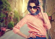 Elegante Frau auf Straße der italienischen Stadt Lizenzfreies Stockfoto