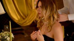 Elegante Frau der Halskette Liebevolle Paare im romantischen Innenraum 4K stock video footage