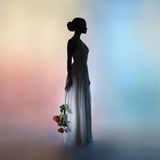 Elegante Frau des Schattenbildes auf Farbhintergrund Stockfoto